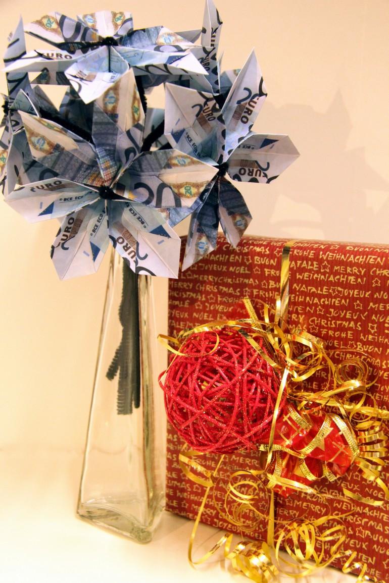 Weihnachtsgeschenkverpackung und Geldblumenstrauss