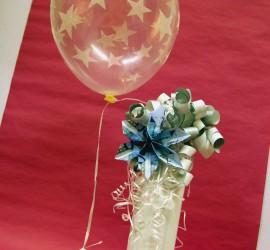 Geschenkverpackung und Geldblume mit Luftballon