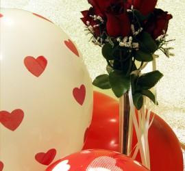 rote Luftballons mit Herzen
