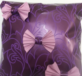 lila Geschenkspapier mit Maschen