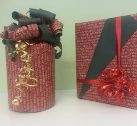 Weihnachtliche Geschenkeverpackung rot/grün/gold