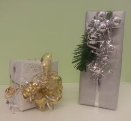 Weihnachtliche Geschenkeverpackung gold/silber