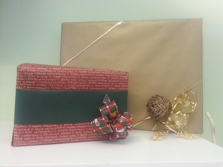 Weihnachtliche Geschenkeverpackung rot/gold/grün
