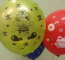 Piratenluftballon und roter Latexballon mit Frosch