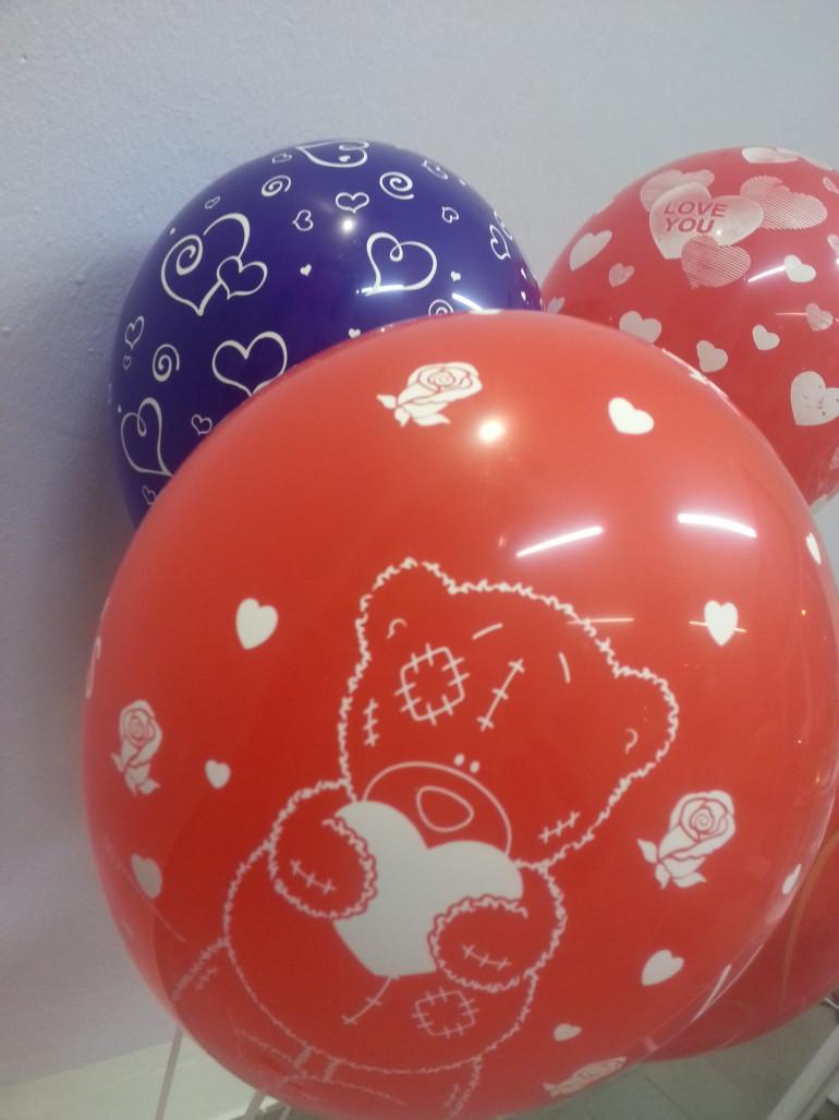 Latexballon rot mit Teddy hält Herz