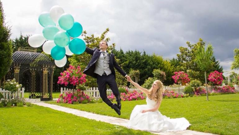Brautpaar mit Latexballons weiß blau