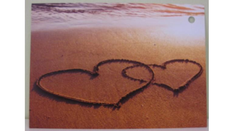 Flugkarte zwei Herzen im Sand