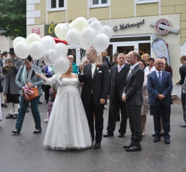 Foto Hochzeitspaar mit weißen Latexballons