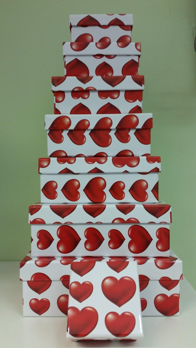 Geschenkschachteln weiß mit roten Herzen