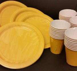 gelbe Papierteller und -becher