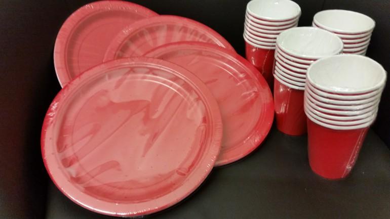 rote Papierteller und -becher
