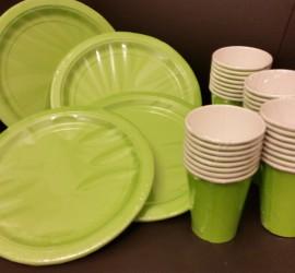 grüne Papierteller und -becher