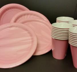 rosafarbene Papierteller und -becher
