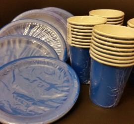 blaue Papierteller und -becher