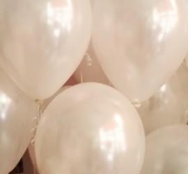 weiße Luftballons mit Seidenglanz