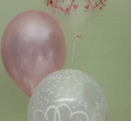 Hochzeitsluftballons in den Farben rosa und weiß
