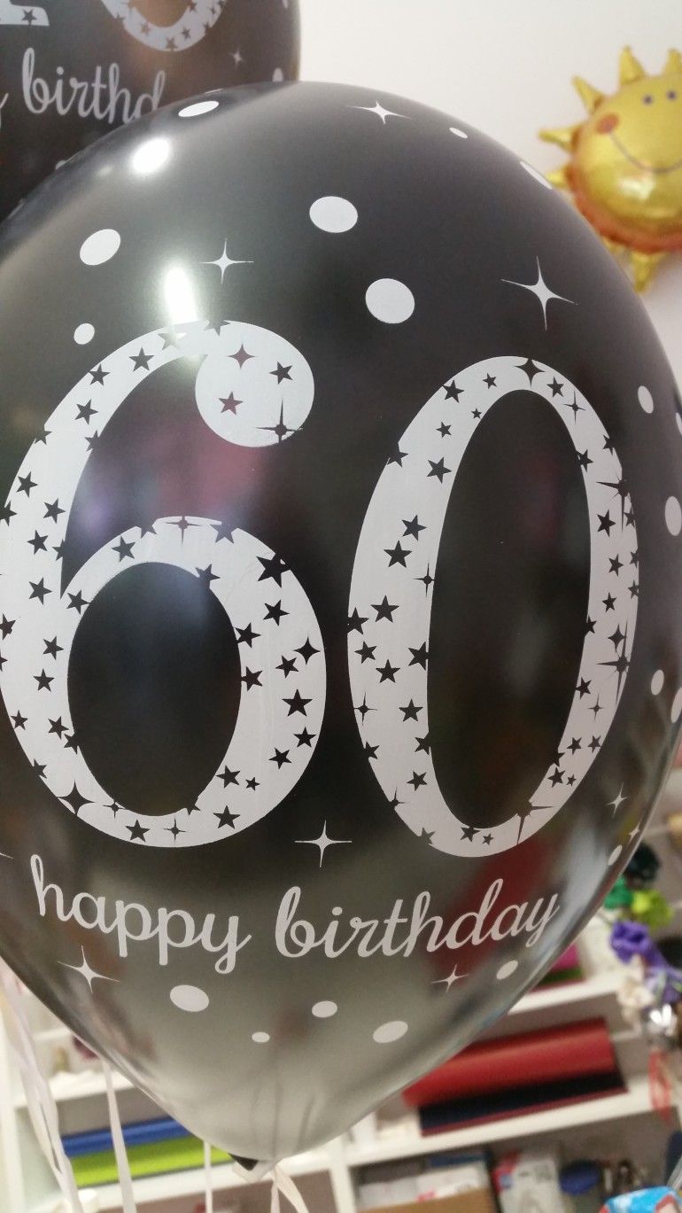 schwarzer Latexballon mit der Zahl 60