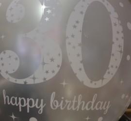 silberfarbener Latexballon mit der Zahl 30