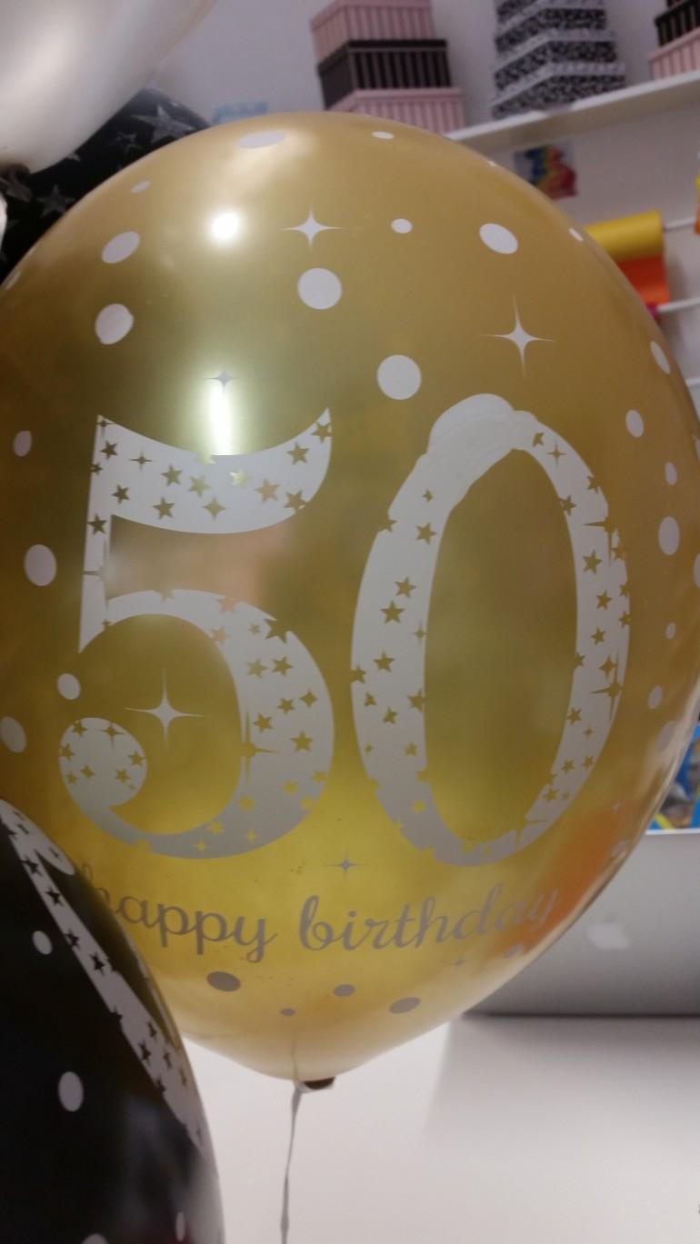 goldfarbener Latexballon mit der Zahl 50