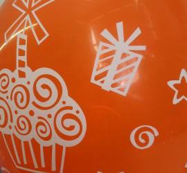 orangefarbener Latexballon mit Muffins