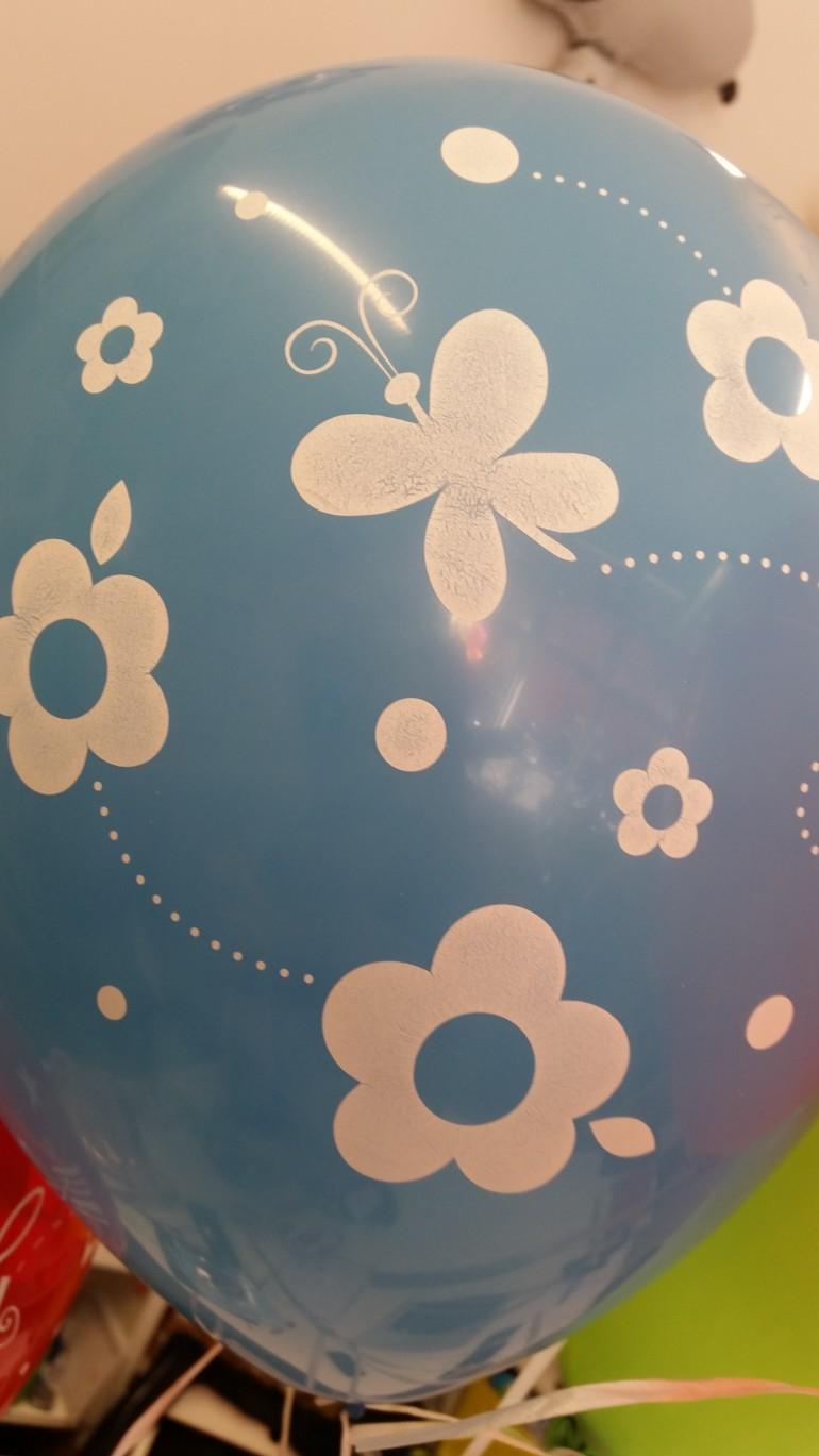 hellblauer Latexballon mit Blumen und Schmetterlingen