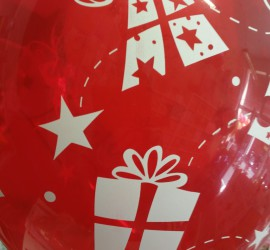 roter Latexballon mit Geschenken