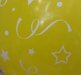 gelber Latexballon mit Sternen und Luftschlangen