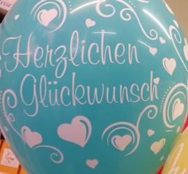 Riesiger Luftballon mit Aufschrift Herzlichen Glückwunsch