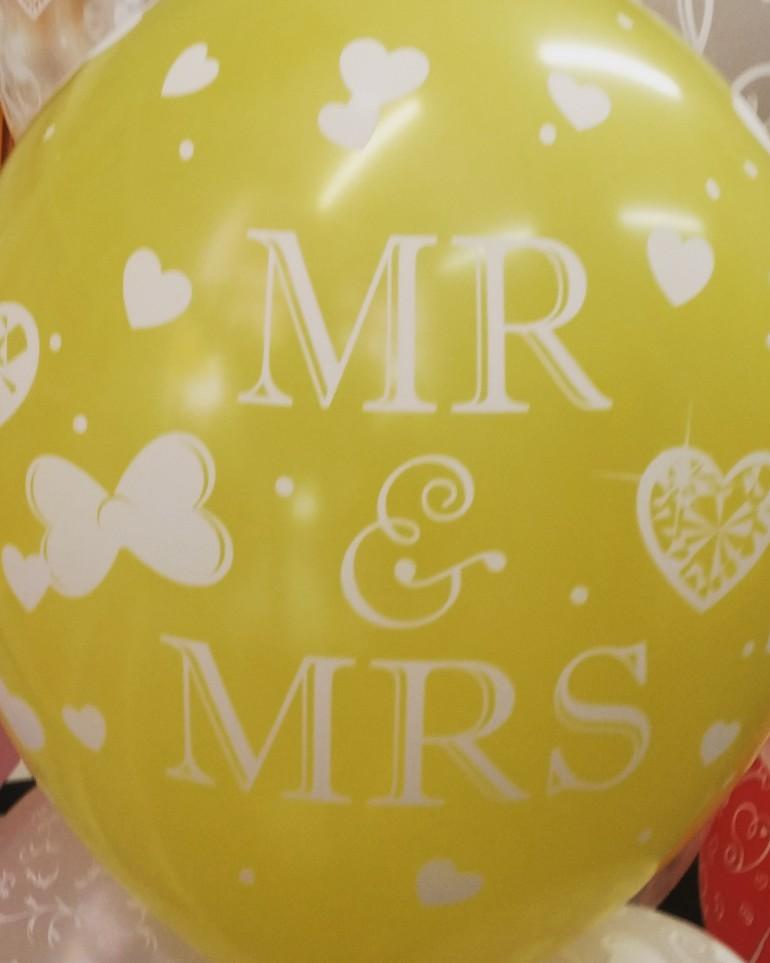Riesiger Luftballon mit Aufschrift MR & MRS