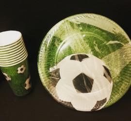 Teller und Becher im Fußball-Design