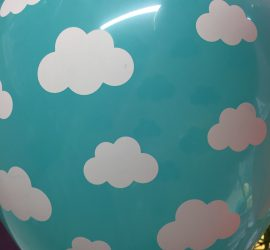 Türkisfarbener Latexballon mit Weißen Wölkchen