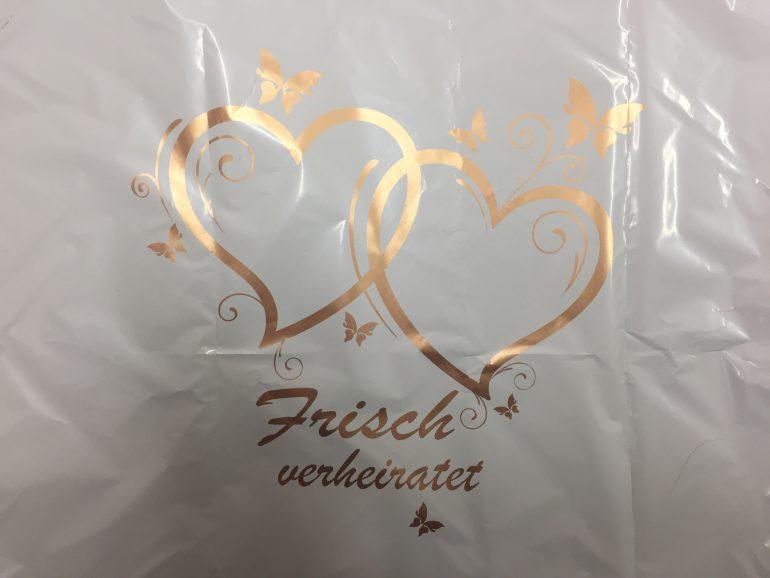 weißes Folienherz mit der Aufschrift: `Frisch verheiratet´