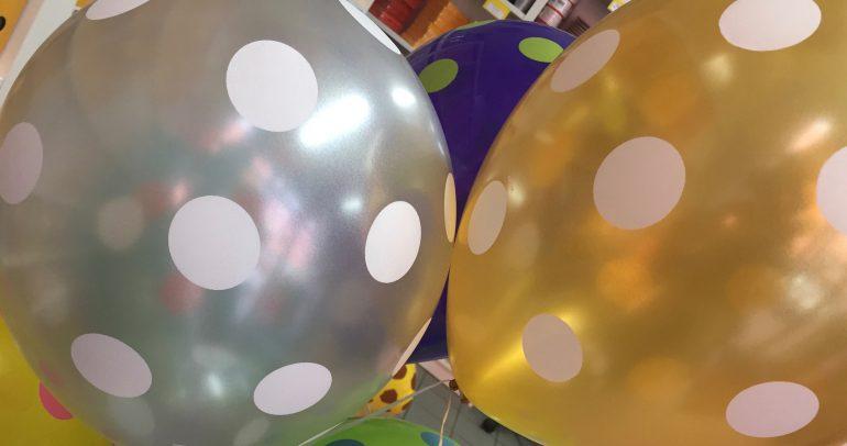 Latexballons in silber und gold mit weißen Tupfen