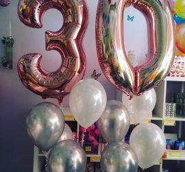 Luftballontraube zum 30. Geburtstag mit Folienzahlen in rose und weiße und silberfarbene Seidenglanzballons