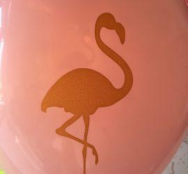 rosafarbener Latexballon mit goldfarbenem Flamingo auf Vorder- und Rückseite
