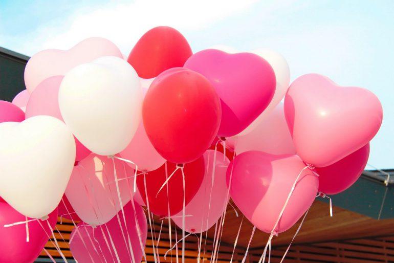 Latexherzen in den Farben weiß, rosa, magenta und rot