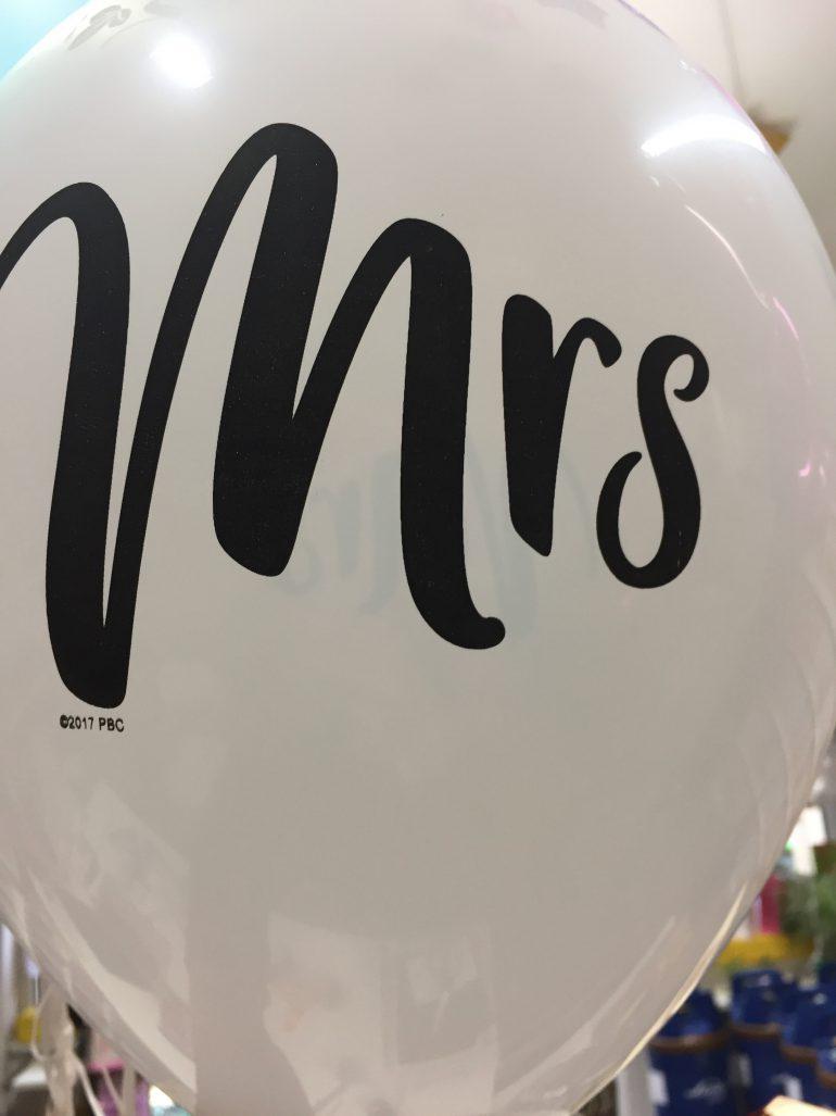 weißer Latexballon mit schwarzer Aufschrift Mrs - passend für Polterabend, Hochzeit, Verlobung