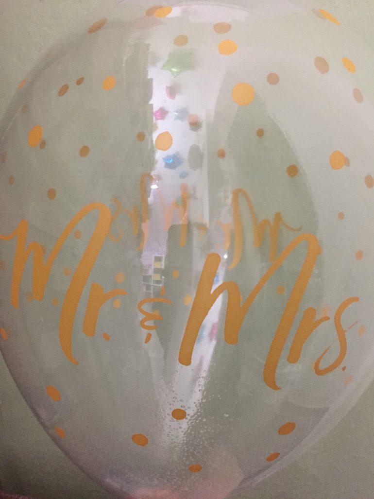 durchsichtiger Latexballons mit goldfarbener Aufschrift `Mr & Mrs´ und goldfarbenen Tupfen - für Hochzeit, Verlobung passend