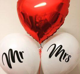 zur Hochzeit - rotes Folienherz und dazu zwei weiße Ballons mit den Aufschriften Mr und Mrs