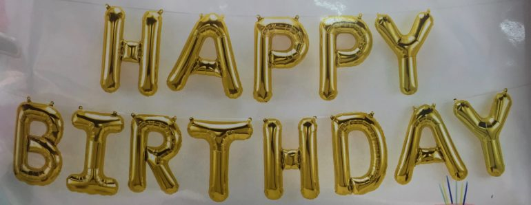 Schriftzug `HAPPY BIRTHDAY´ in goldenen Folienbuchstaben, 40 cm hoch, Luftfüllung