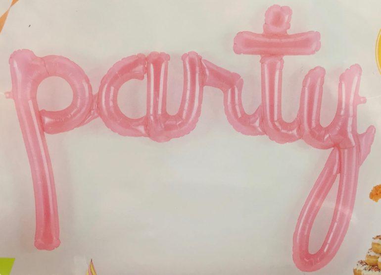 Schriftzug `party´ in pink - Luftfüllung