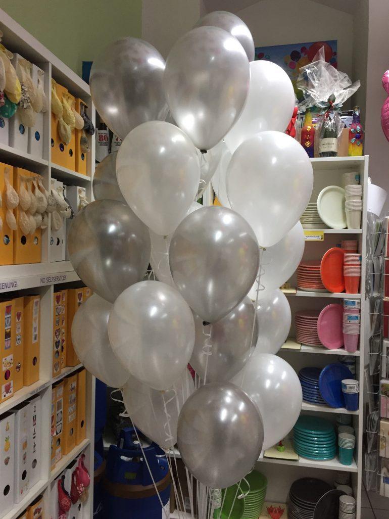 Luftballontraube aus Latexballons seidenglanz, hier in den Farben silber und weiß - für Hochzeiten, Geburtstage, etc.